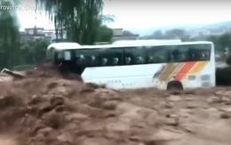 """Nước lũ dâng cao đe dọa tính mạng của 71 người, anh công nhân nhanh trí ra tay cứu sống vì """"nhân quả"""""""
