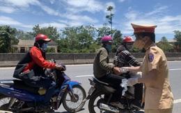"""Lực lượng chức năng Huế, Quảng Trị """"tiếp sức"""" người đi xe máy từ các tỉnh phía Nam về quê"""