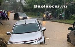 Hình ảnh đầu tiên về đợt mưa to đang diễn ra ở miền Bắc: Ngập ngang ô tô, tài sản chìm trong biển nước