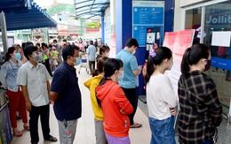 Xếp hàng dài hàng trăm mét vào siêu thị ở TPHCM, chờ cả tiếng để thanh toán