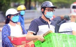 Cảnh tiếp tế đồ thiết yếu vào khu phong tỏa đông dân nhất Hà Nội