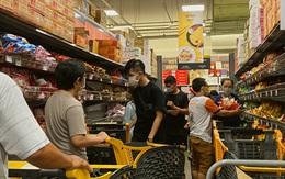"""Người dân đổ xô đi mua thực phẩm dự trữ sau yêu cầu """"ai ở đâu ở yên đó"""""""