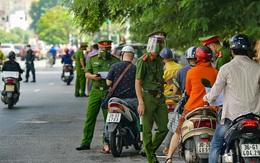 Hà Nội: Không được qua chốt, nam thanh niên dùng dao rượt đuổi 2 cán bộ trực chốt