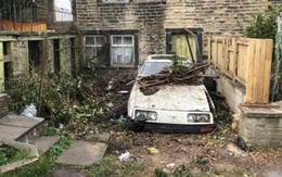 Thấy hàng xóm bỏ hoang ô tô, người phụ nữ hoảng hốt khi mở cửa xem xét
