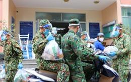 TP.HCM: Bộ đội sửa nhà, trao thực phẩm tận tay người dân