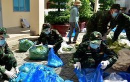 Các chiến sĩ bộ đội gõ cửa từng nhà dân ở TPHCM trao thực phẩm