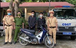 Nhóm thiếu niên bốc đầu xe máy rồi tông thẳng vào cảnh sát