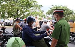 Đấm vào ngực cán bộ trực chốt, nam thanh niên góp phần làm số người vi phạm quy định phòng chống dịch tại Hà Nội tăng kỷ lục
