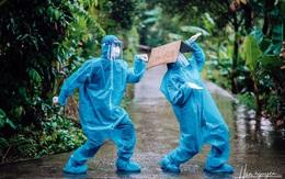 Tan chảy hình ảnh nhảy múa dưới mưa của đôi tình nguyện viên chống dịch