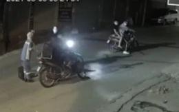 Xót xa hình ảnh nữ lao công môi trường quỳ xin nhóm cướp không lấy chiếc xe máy cà tàng của mình