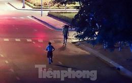 Bất chấp lệnh ở nhà, nhiều người Hà Nội vẫn ra đường tập thể dục từ tờ mờ sáng
