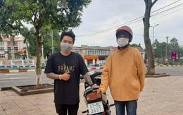 Thanh niên được tặng xe máy sau khi cuốc bộ 4 ngày về quê