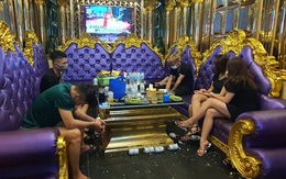 Quảng Ninh: Bất chấp lệnh cấm, quán karaoke vẫn mở cửa đón khách đến hát