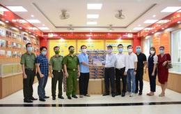 FC Báo chí Phú Thọ thăm, tặng quà cho lực lượng tuyến đầu và người dân có hoàn cảnh khó khăn trên địa bàn Hà Nội