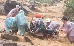 Rùng mình khoảnh khắc người đàn ông đi xe máy vượt qua dòng nước lũ cuồn cuộn