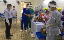 Mẹ mất nơi quê nhà, giảng viên điều dưỡng lập bàn thờ ở tâm dịch TP.HCM