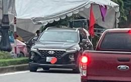 Hai người phụ nữ điều khiển ô tô 'thông chốt' kiểm dịch bằng giấy ưu tiên