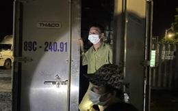 Giấu bố đẻ trong thùng phuy, tài xế ô tô vượt chốt kiểm soát bất thành