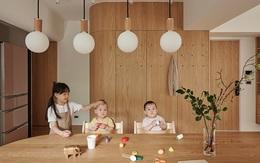 Căn hộ màu gỗ siêu ấm áp với cách phân chia không gian thông minh dành cho vợ chồng trẻ có 3 con nhỏ