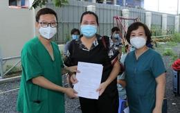 'Tờ giấy hạnh phúc' của 13 bệnh nhân COVID-19 nặng và nguy kịch ngày xuất viện