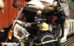 Hàng chục cảnh sát giải cứu tài xế mắc kẹt trong ca bin bẹp rúm