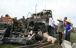 Hai xe container đấu đầu bốc cháy