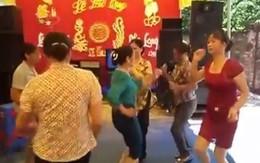 Gần chục chị em U50 nhảy nhạc sàn bốc lửa trong đám cưới quê