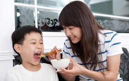 Giúp bé học ăn một cách dễ dàng