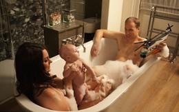 """Lộ ảnh """"vợ chồng hoàng tử Anh"""" cùng con tắm bồn"""