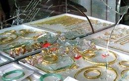 Vào tiệm vàng đập vỡ tủ kính để cướp giữa ban ngày
