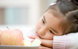 Ép con ăn mẹ hại tuổi thơ con