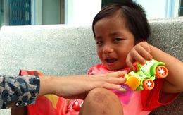 Bừng sáng nụ cười trên gương mặt cháu bé 3 tuổi bị bạo hành