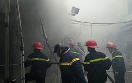 Chợ Nhà Xanh Hà Nội chìm trong khói lửa