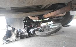 Người phụ nữ quơ tay kêu cứu dưới gầm xe container