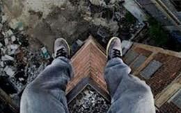 Giả vờ tự tử, trượt chân... chết thật