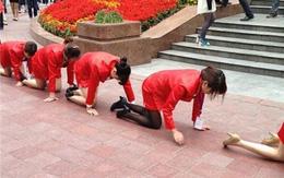 Dàn nhân viên nữ khóc lóc quỳ giữa phố