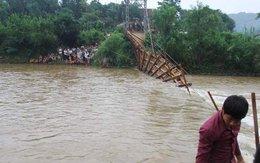 Đứt cầu treo, hàng chục người rơi xuống nước lũ