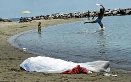 Hồn nhiên vui đùa gần xác chết trên bãi biển