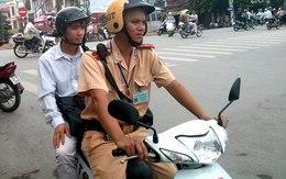 Cảnh sát giao thông đưa sĩ tử tới trường thi