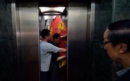 """""""Ngoan cố"""" không nhường nhau, thang máy rơi vì quá tải"""