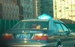 """Cặp đôi thản nhiên """"mây mưa"""" suốt 20 phút trên taxi giữa ban ngày"""