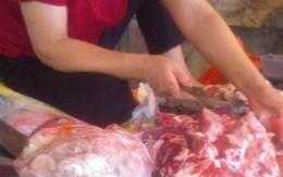 Kinh hoàng lòng lợn được làm sạch bằng... ủng