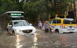 Đường phố Hà Nội ngập nước do bão số 5
