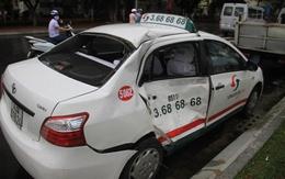 Hành khách đi taxi phải nhập viện sau va chạm giữa xe taxi và xe khách