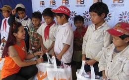 Tặng quà cho thầy cô và học sinh vùng cao Quảng Ngãi