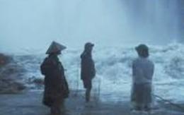 Ba người mắc kẹt giữa dòng nước lũ