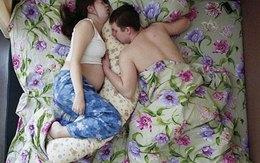 """Chùm ảnh """"cực thật"""" về tư thế ngủ của các gia đình đang có bà bầu"""