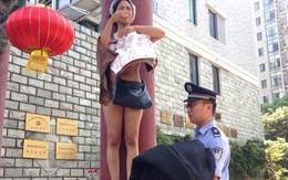 Khỏa thân chốn công cộng để đòi quyền lợi cho người chồng đã khuất