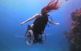 Cô gái lặn biển bằng xe lăn