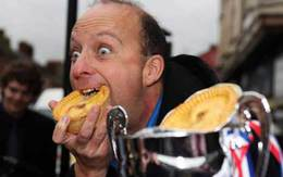 Người đàn ông ăn bánh nhanh nhất thế giới
